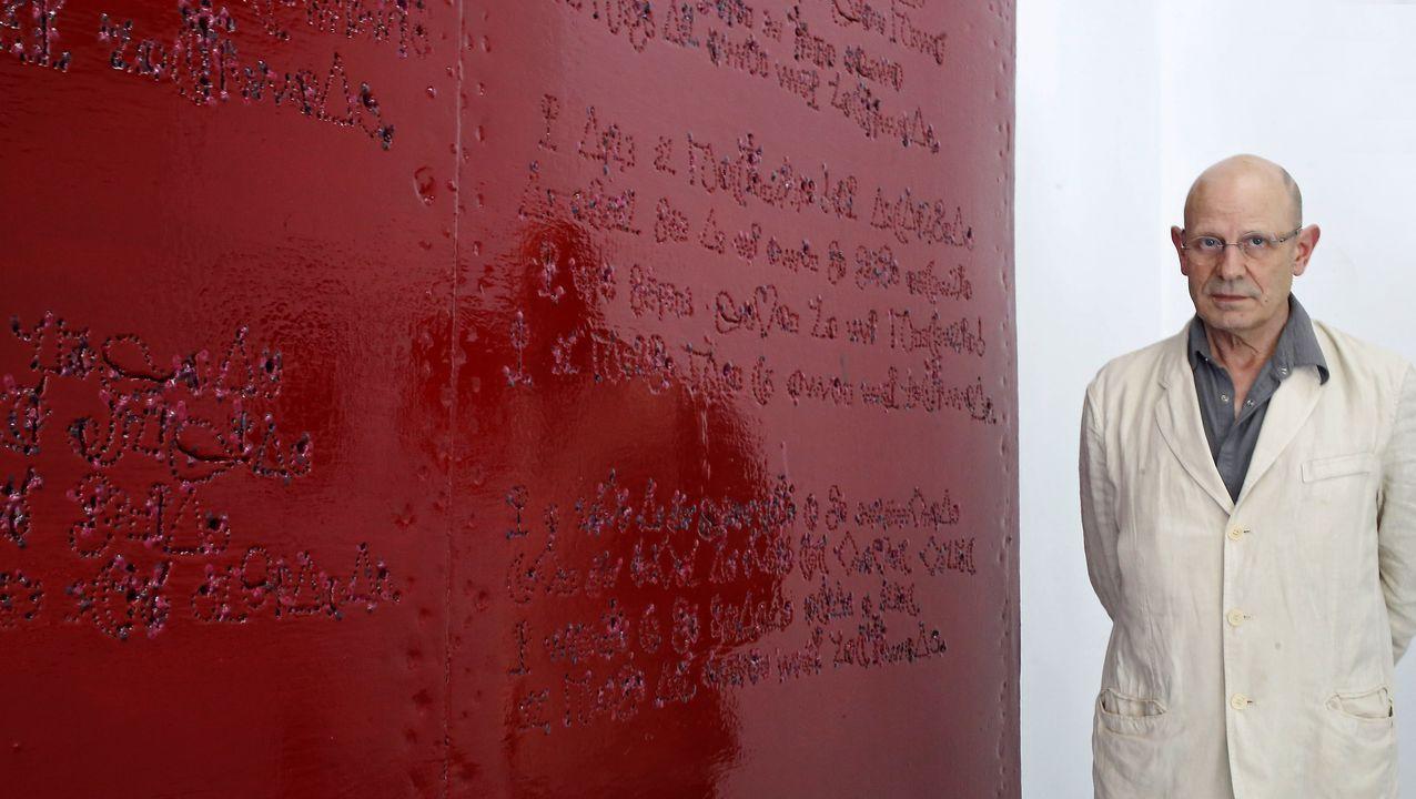 El cartón con el que habitualmente trabaja Lamazares acaba siendo su «piedra Rosetta», un lugar donde la pintura se encuentra con una escritura primitiva