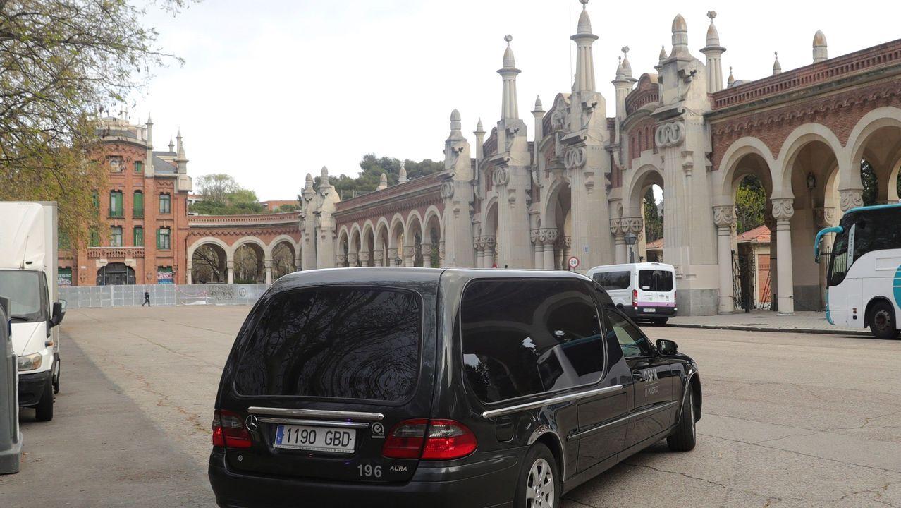 Un coche fúnebre llegando al cementerio de La Almudena, en Madrid