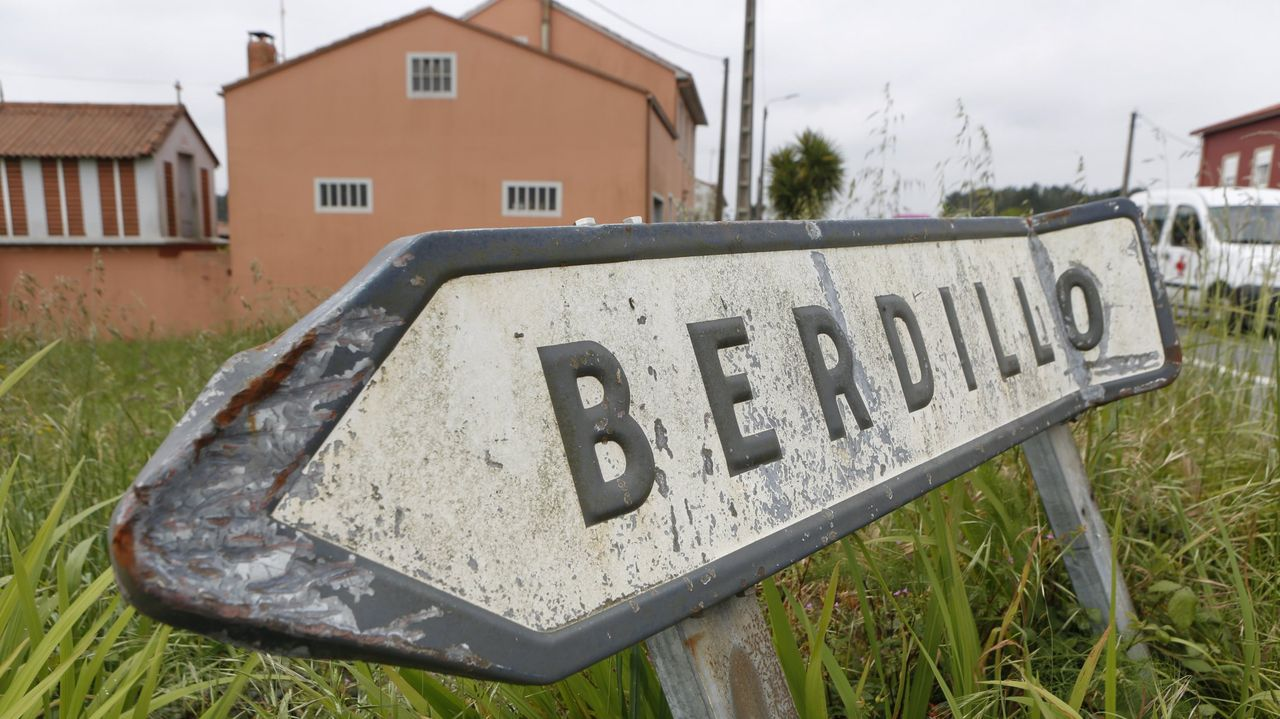 Una mujer muere en un incendio en una vivienda de Sigüeiro.El alcalde de Santiago, Xosé Sánchez Bugallo, la subdelegada del Gobierno en A Coruña, Pilar López-Rioboo, y el concejal de Seguridade Cidadá, Gonzalo Muíños, en una junta local de seguridad anterior celebrada en el Concello de Santiago