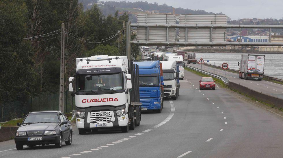 Protesta de los trabajadores de Ence.Caravana-protesta de vehículos de Ence y empresas auxiliares, el pasado viernes ante la Delegación del Gobierno en A Coruña