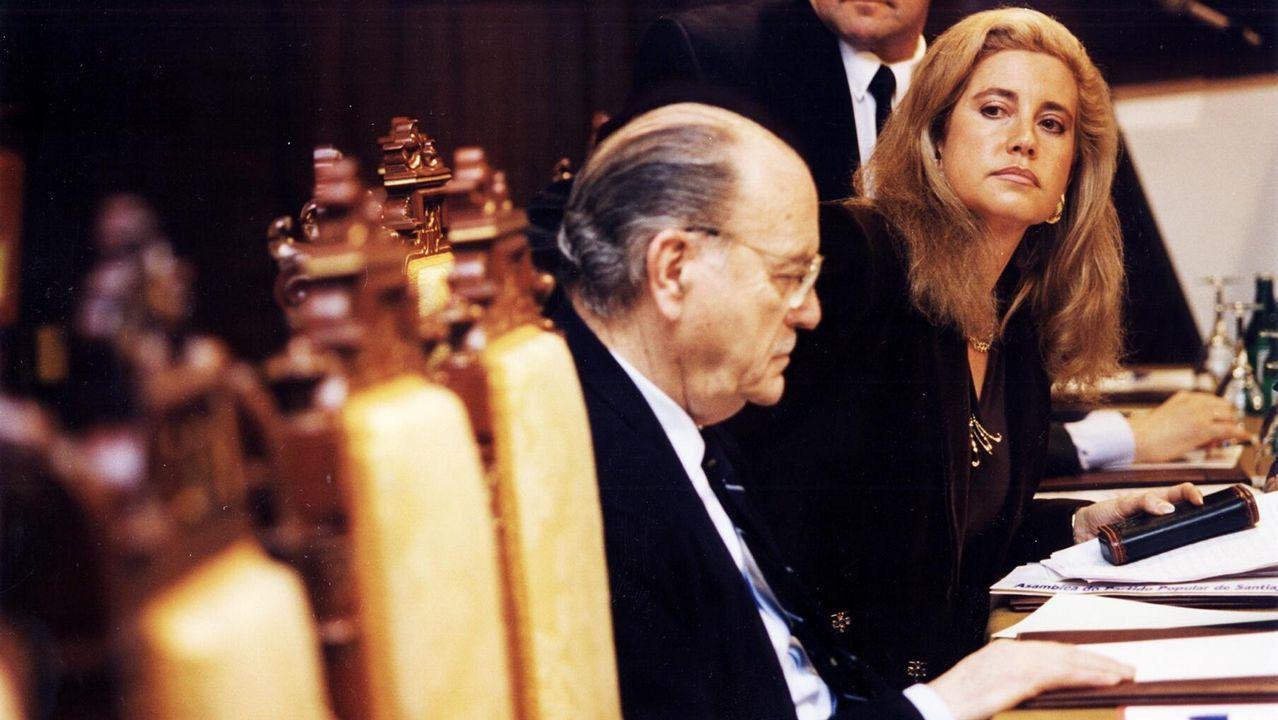 Fernández Albor, ya como expresidente de la Xunta, es captado en esta imagen junto a la diputada María Jesús Sainz, en una reunión del PP