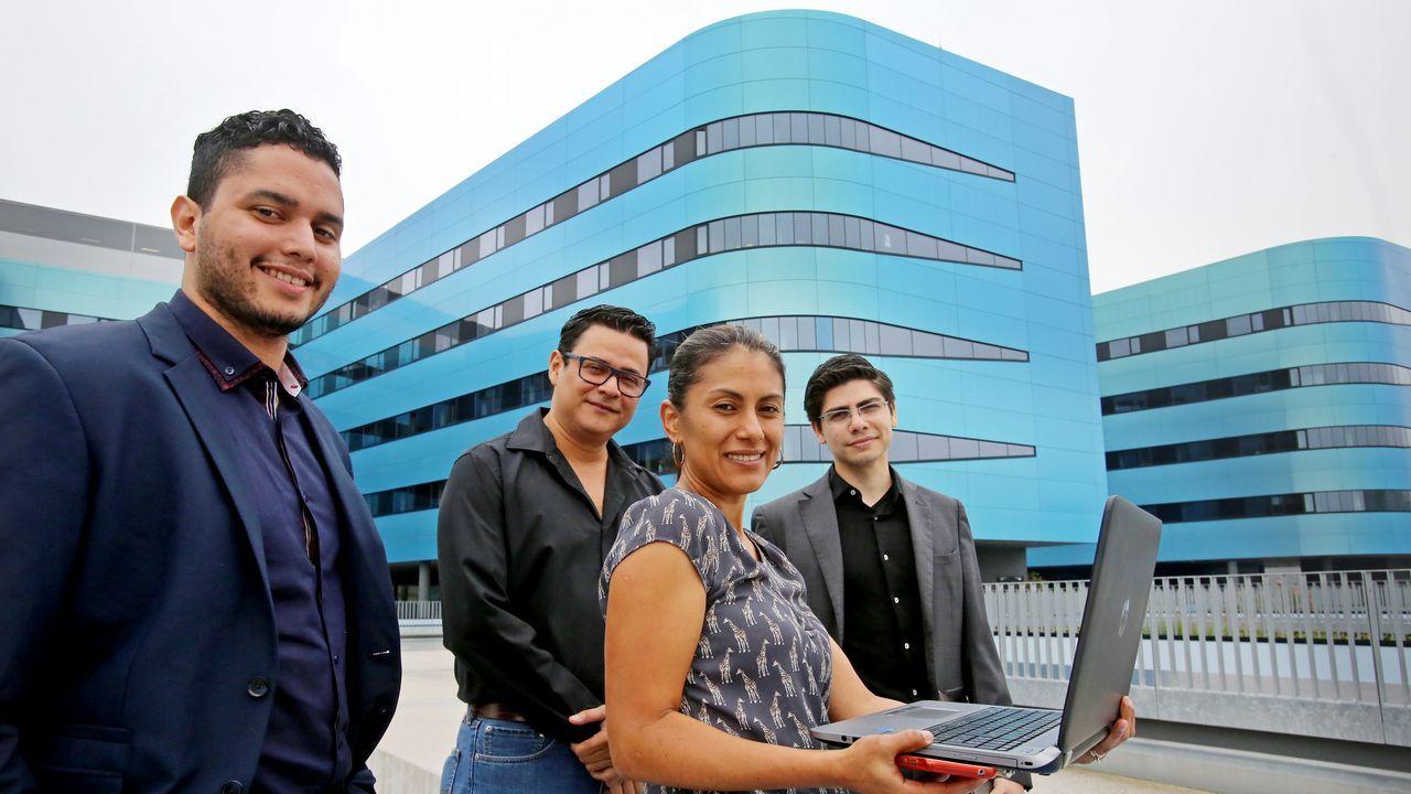 Los cuatro comisionados de Honduras, delante del Hospital Álvaro Cunqueiro de Vigo