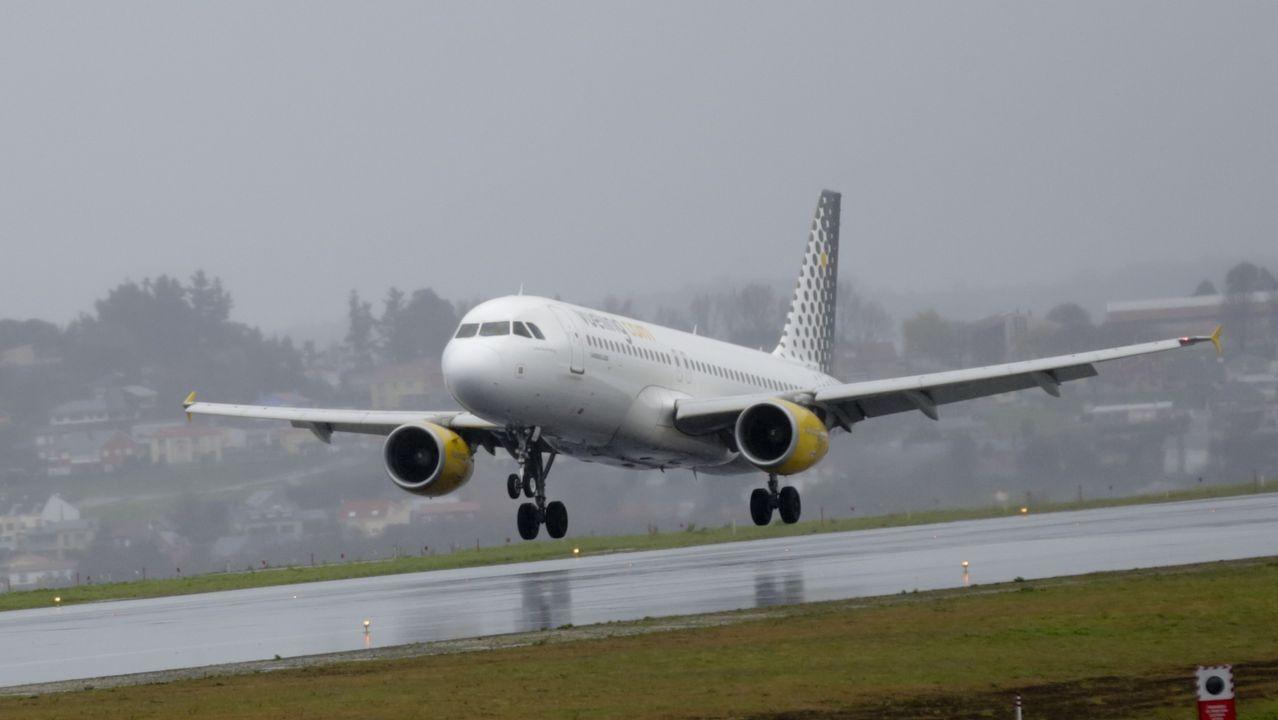 Air Europa, compañía, aerolínea.Un avión en un «finger» del Aeropuerto de Asturias, en medio de la lluvia