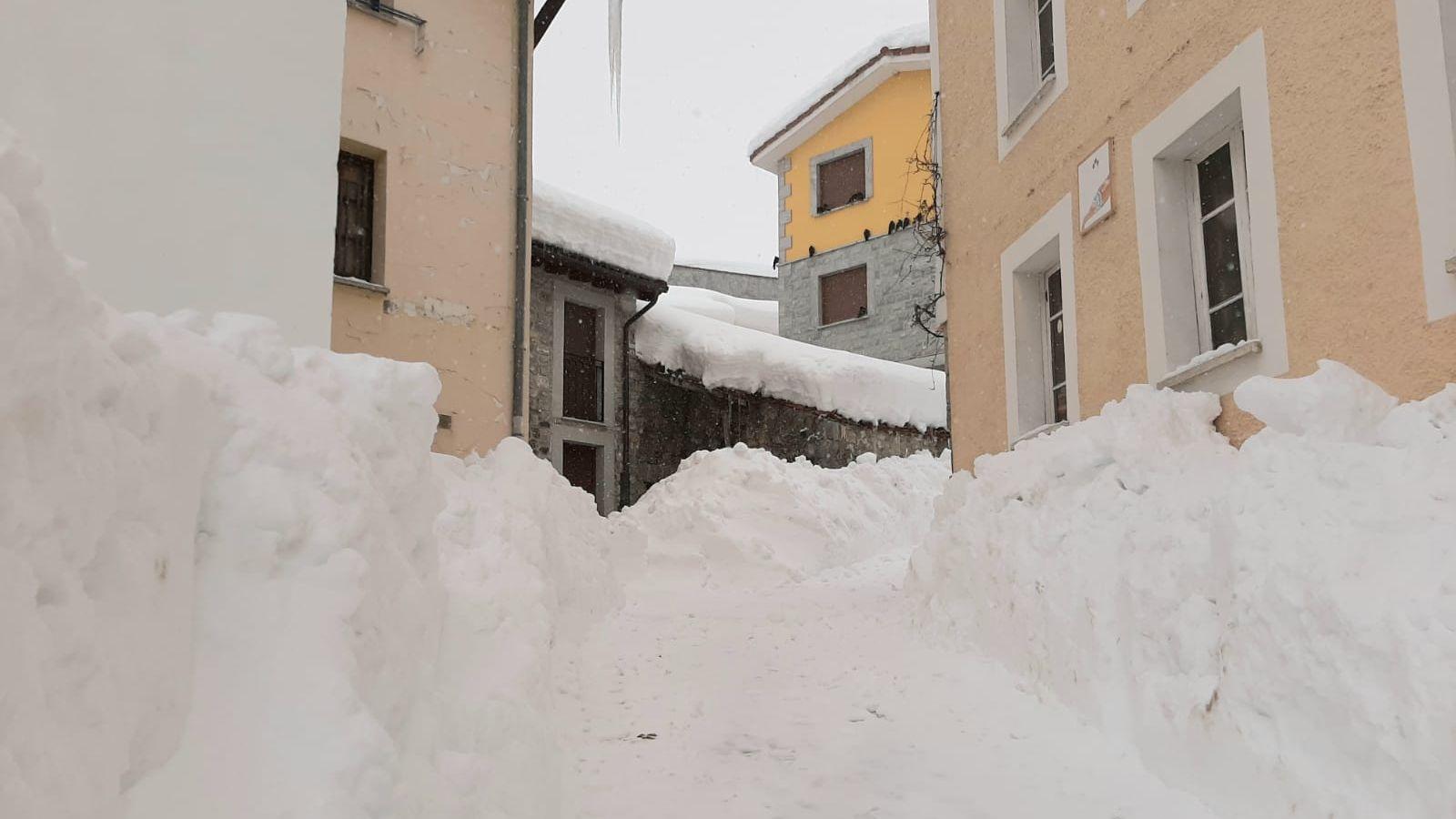 Las calles de Sotres están llenas de nieve