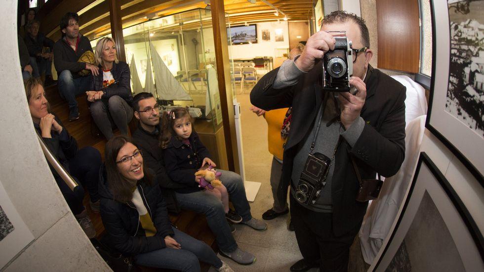El fotógrafo José Vidal recobró «vida» en Laxe para una visita teatralizada