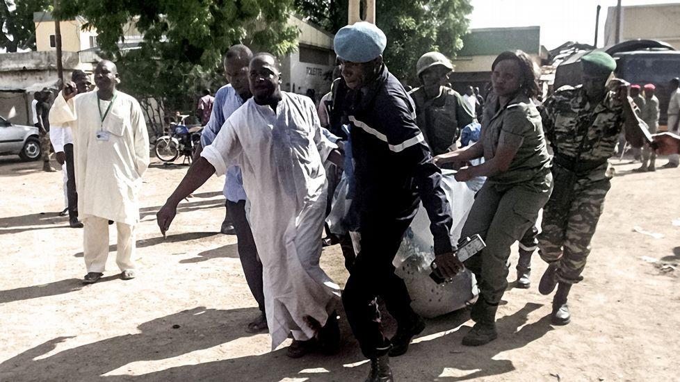 Atentado suicida en Pakistan.Xavier Aldekoa durante la realización del reportaje en la frontera de Chad y Nigeria.
