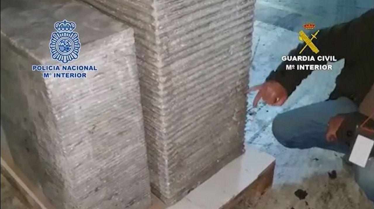 La Policía Nacional y Guardia Civil han desarticulado una organización criminal que enviaba droga a Suecia desde España en dobles fondos de camiones, hornos, fuentes ornamentales y cajas de galletas