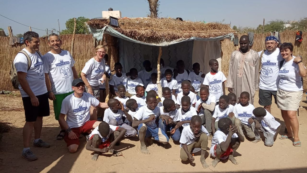 Miembros de Hospitaleros Sin Fronteras en Mbou, Senegal, con los niños talibés con los que colaboran