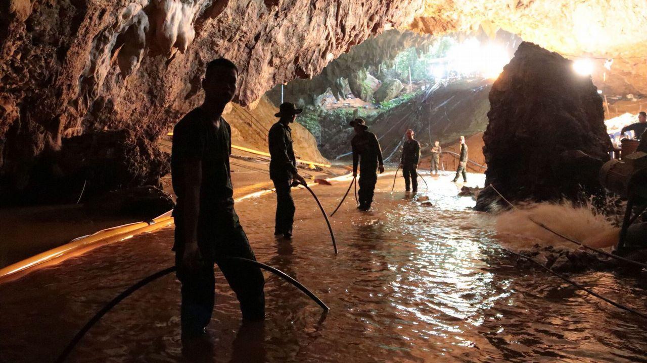 Rescatan a los primeros niños en Tailandia.Imágenes de los trabajos de rescate en la cueva donde se perdieron los niños tailandeses con su monitor