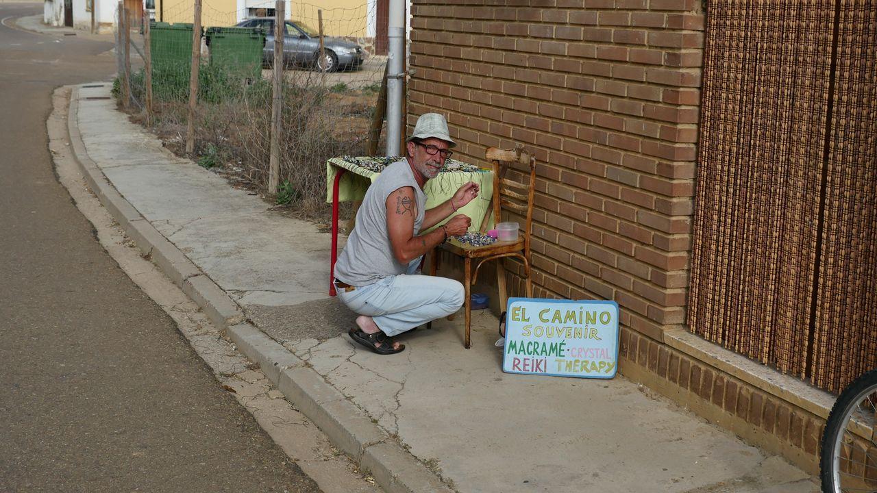 Un vendedor ambulante espera la visita de los peregrinos en Poblado del Camino