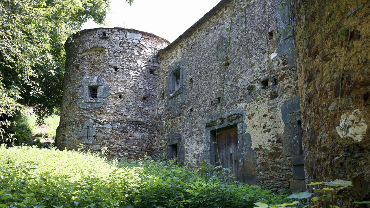 Castillo-palacio de Quindous, en Cervantes, Os Ancares, y a la venta por 225.000 euros
