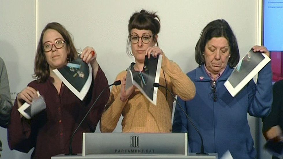 Seis diputados de la CUP rompen en el Parlament la foto del rey