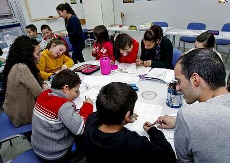 Las clases de refuerzo educativo que ofrecen varias oenegés son una opción para el voluntariado.