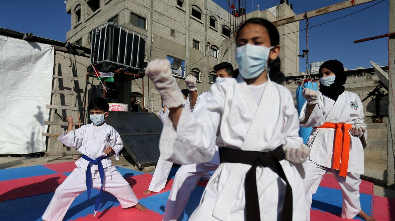 En una azotea de Palestina un grupo de niños entrena kárate con su padre
