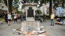 Los vecinos de Bristol obseran el pedestal donde estaba la estatua de Colston