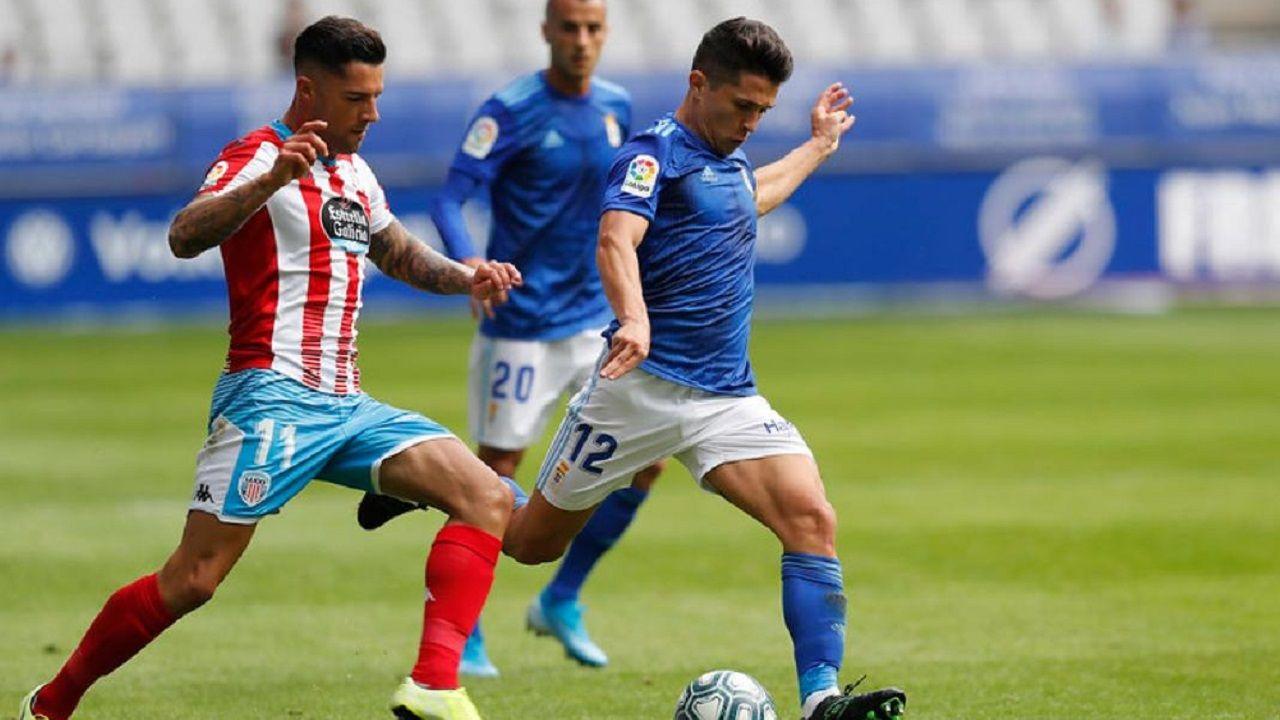 Steven Vetusta Sporting B Molinon.Juanjo Nieto golpea al balón con Tete Morente al lado