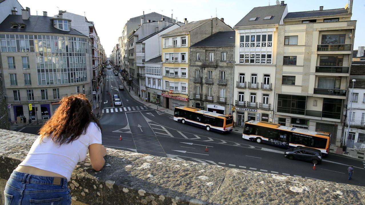 Contraste de edificios nuevos y viejos en la Ronda da Muralla junto a la avenida da Coruña