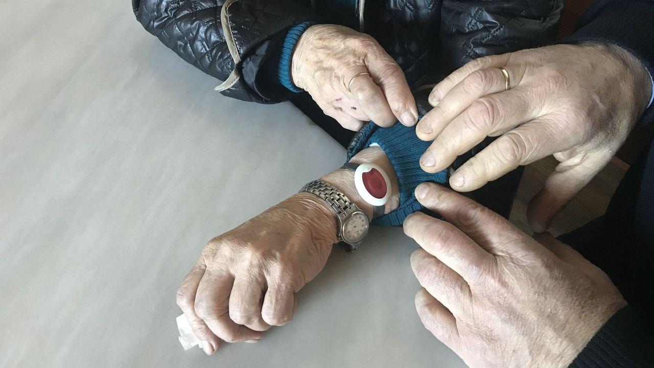 El dispositivo de alerta puede llevarse en la muñeca o colgado del cuello