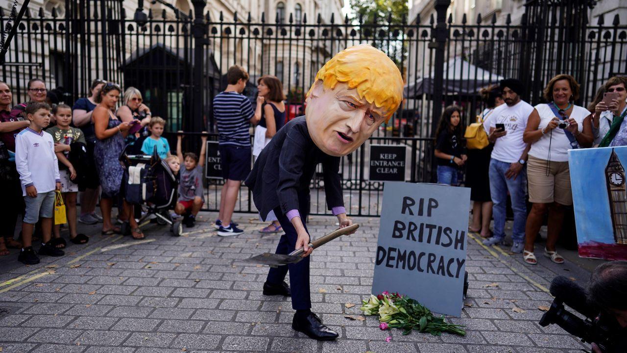 Un manifestante que representa a Boris Johnson se manifiesta  frente a Downing Street