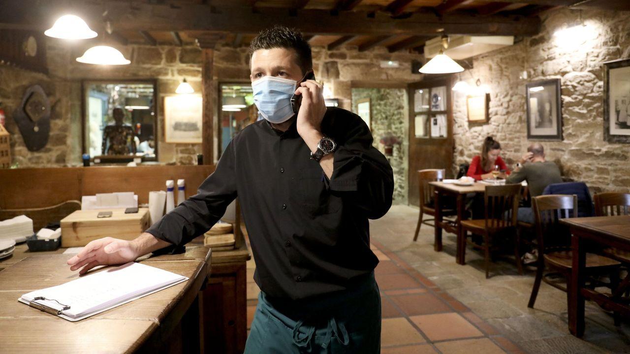 El responsable del restaurante O Dezaseis, Avelino Martínez, estrenó el nuevo horario con tranquilidad y clientes que no eran conscientes del alivio