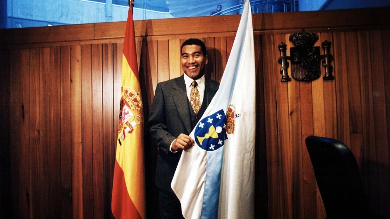 Mauro Silva jurando la constitución española tras obtener la nacionalidad