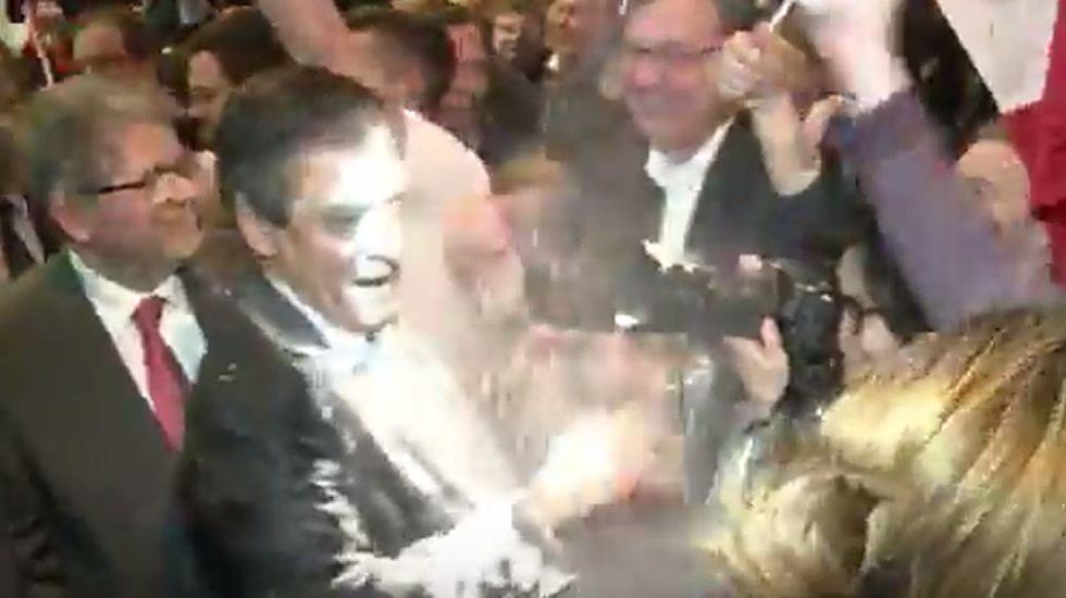 Arrojan un paquete de harina a François Fillon
