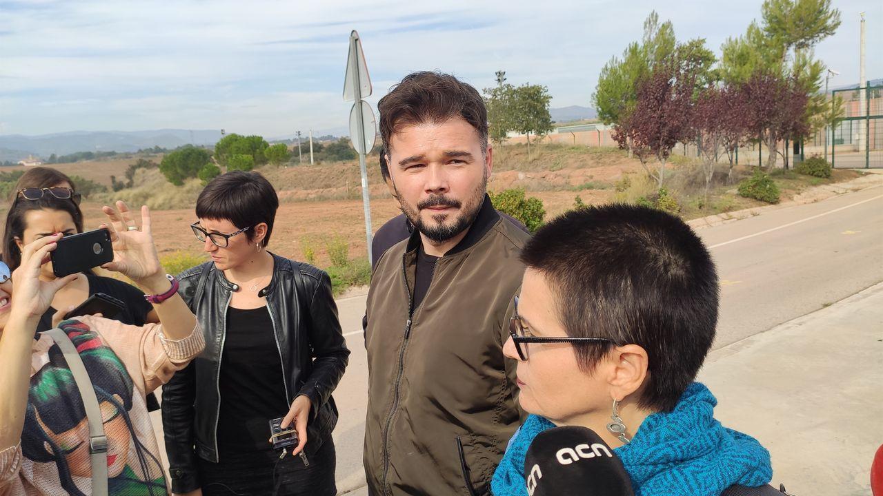 Gabriel Rufián y María Dantas (ERC) ante la cárcel de Lledoners (Barcelona) esta mañana