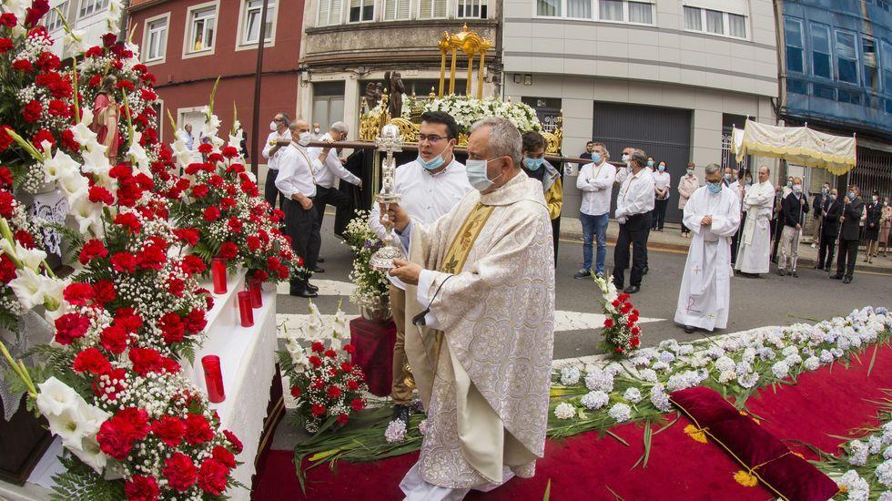 La procesión del Sacramento en las fiestas del San Xoán carballés, ¡en imágenes!.Unha actuación do grupo Searas na Feira do Viño de Vilachá do 2019