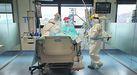 Momento en el que dos médicas de la uci intuban a un paciente con coronavirus
