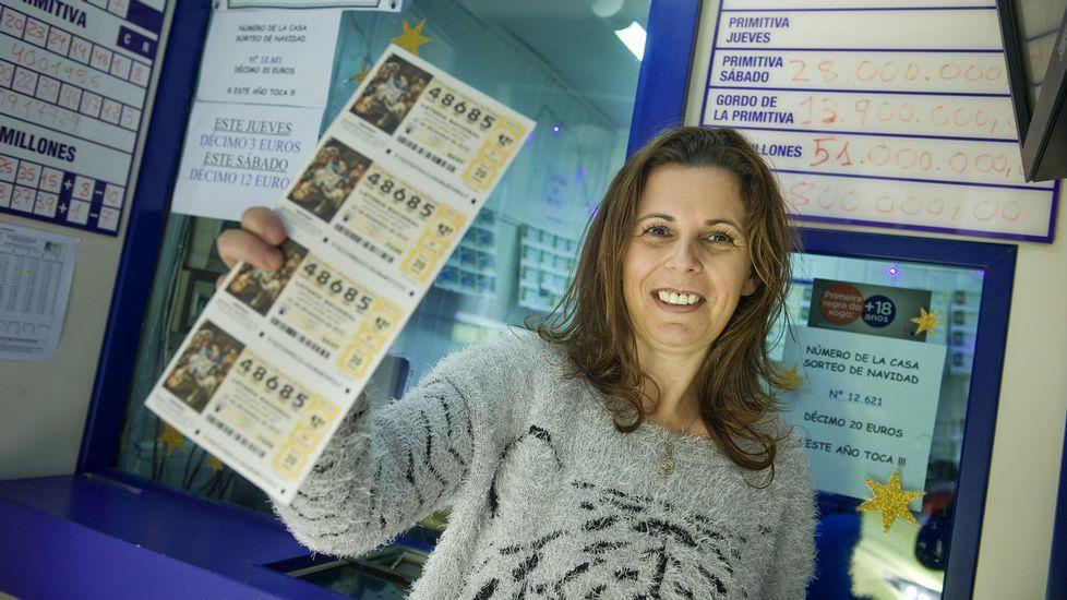 La chica de la foto se llama María Docampo y regenta la misma administración de lotería en la que hace cien años se vendió el gordo.