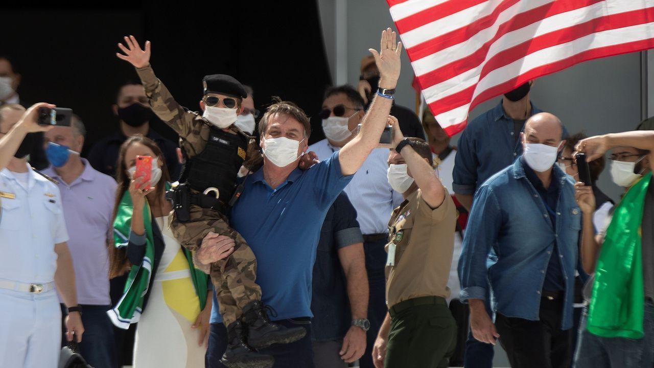 El presidente Bolsonaro saluda, ayer domingo, en una manifestación de apoyo  en la entrada del Palacio do Planalto en Brasilia