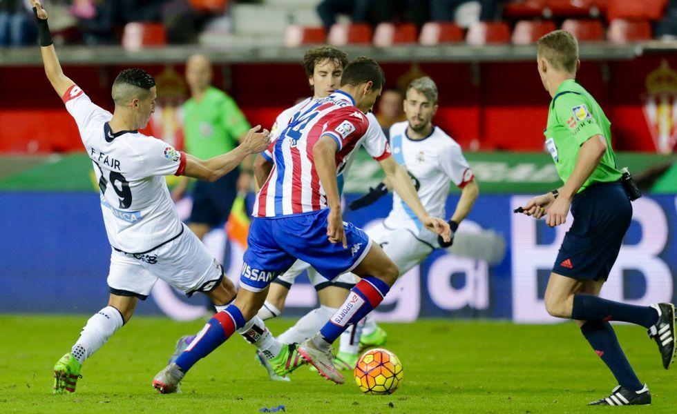 Fayçal Fajr intenta frenar una conducción del centrocampista del Sporting Rachid.