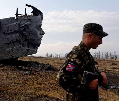 Un rebelde prorruso en la colina de Savur-Mogila, lugar estratégico cerca de Donetsk.