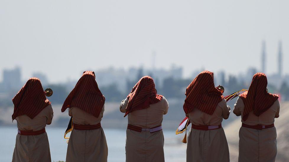 Gran ceremonia para inaugurar el nuevo canal de Suez.El cuarto ciclo de la USC homenajeó a Mayán (izquierda).