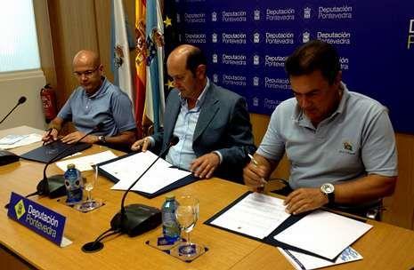 Bomberos de A Coruña realizan un simulacro en el centro Ágora.Rafael Louzán (centro), durante la firma del convenio junto a Anxo Queiruga (izquierda) y Pedro Campos.