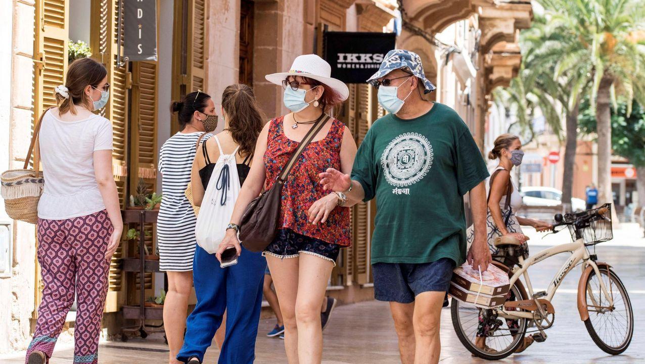 colegio Jacinto Benavente Gijón.Turistas en el casco antiguo de Ciutadella, Menorca