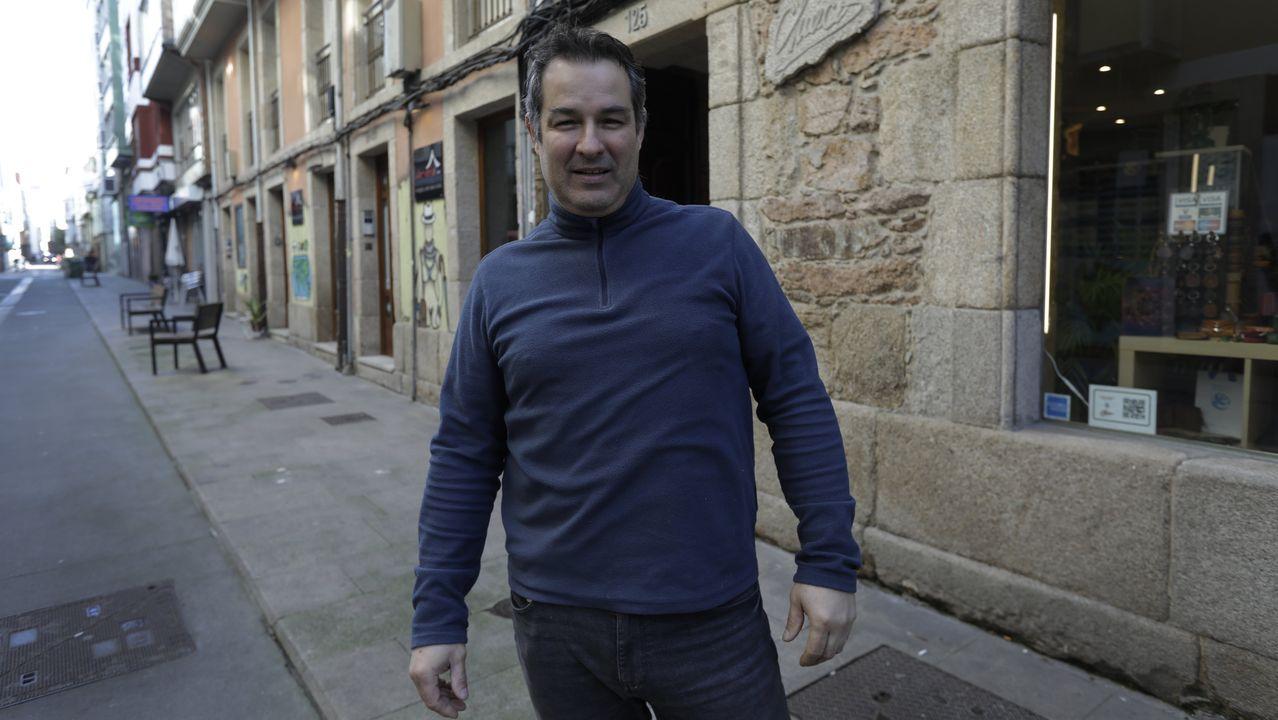 Un veterano. Amilcar Busto forma parte de la Asociación Galega de Artesáns. Regenta una tienda especializada en cuero que es, probablemente, la más veterana de este extremo de la extensa calle Orzán, el que conduce al Eusebio da Guarda o Hacienda