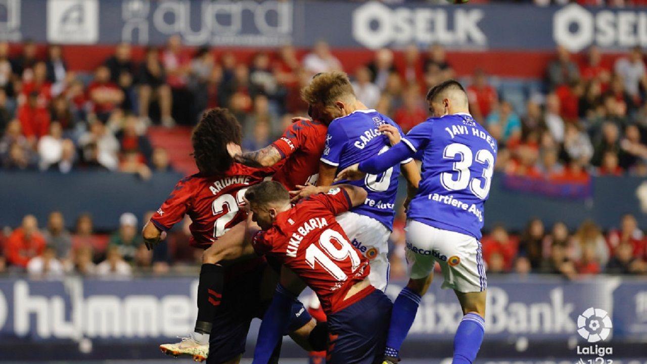Toche Real Oviedo Extremadura Carlos Tartiere.Carlos Hernández y Javi Hernández saltan en una acción a balón parado