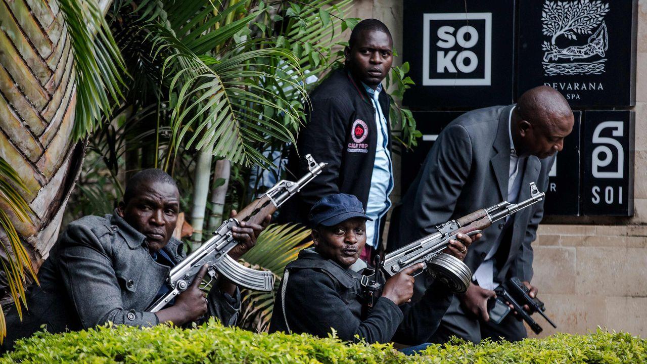 Agentes armados, en el entorno del hotel de Nairobi
