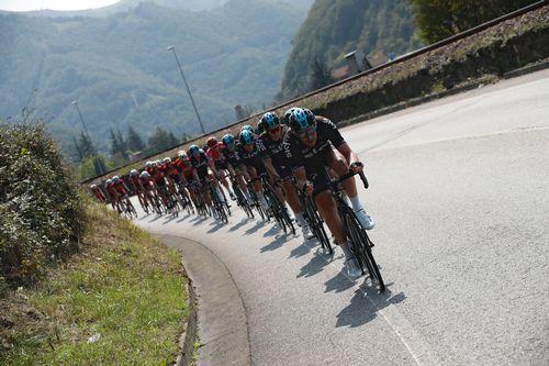 El pelotón durante la decimonovena etapa de la Vuelta Ciclista a España, con salida en la localidad de Caso (Asturias)