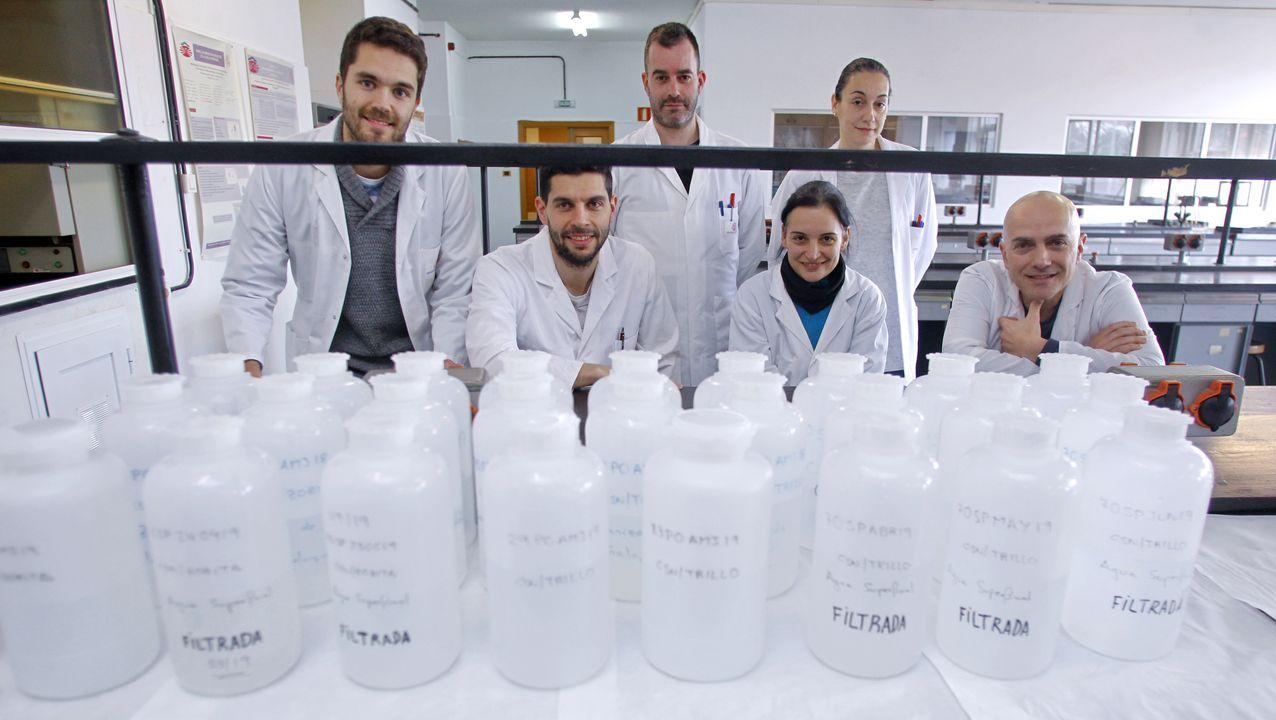 José Luis Rolle, a la derecha, junto a varios miembros del equipo del Laboratorio de Radiactividad Ambientall de la Escuela Universitaria Politécnica (EUP) de Ferrol