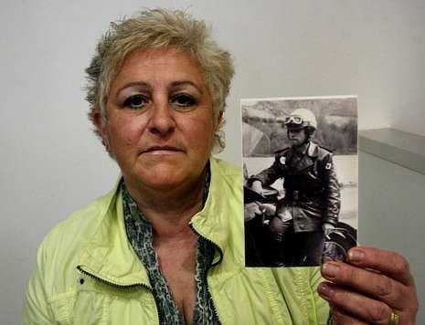 Primer acto oficial de los nuevos reyes.Gema muestra una imagen de su marido, asesinado por ETA hace 34 años.