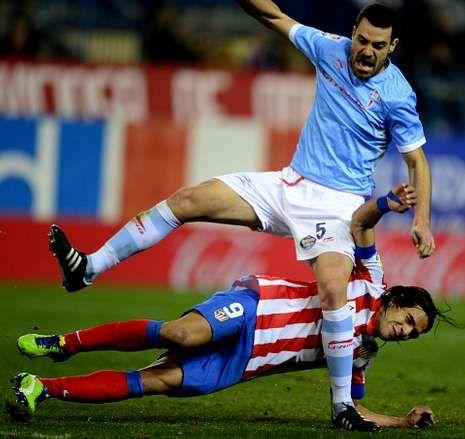 Andrés Túñez se adelanta a Falcao en el partido del viernes pasado en el Calderón.