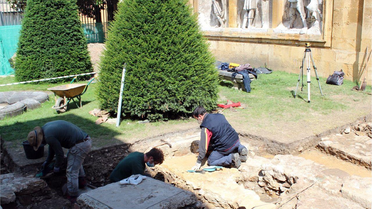 Los arqueólogos Juan Muñiz, Adrián Piñán y Valentín Álvarez excavan en el jardín de los Reyes Caudillos, junto a la Catedral de Oviedo