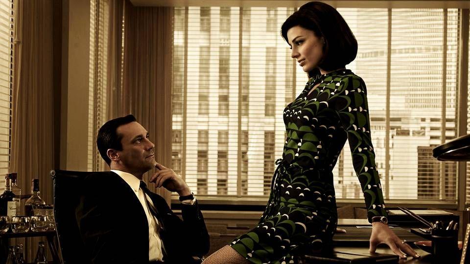 Greg Kinnear y Katie Holmes (en el centro) encarnan a la pareja presidencial John y Jackie.