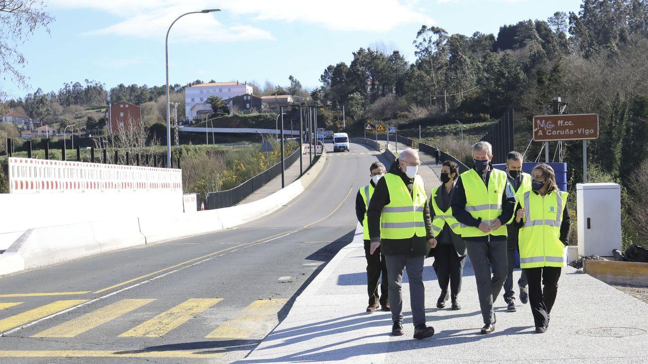 Viajeros en la estación de Guixar, en Vigo