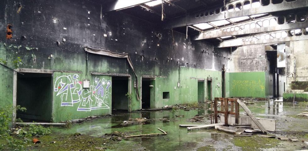 matadero de a pereira .Pintadas y restos indican que hay personas que entran en el matadero de A Pereira pese al riesgo.