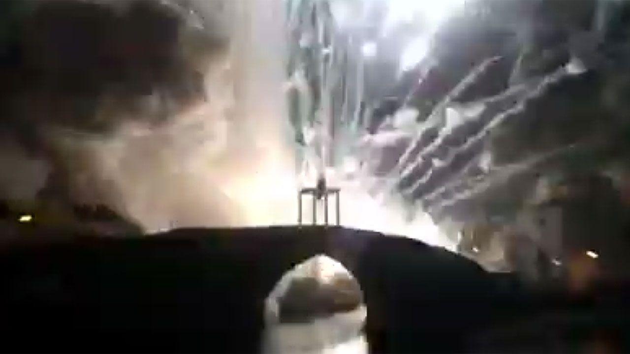 Explosión pirotécnica en Cangas del Narcea.Lluvia en Gijón