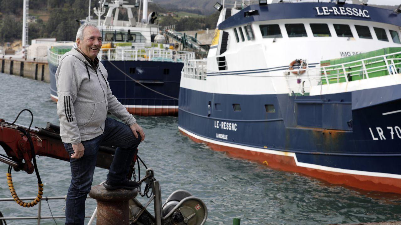 Antón Pérez Ben, posando no porto de Celeiro, onde vive, garda moi bos recordos dos anos que faenou coa flota de Cádiz nas costas de África