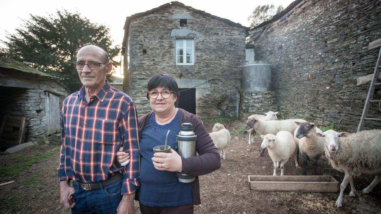 Una familia uruguaya que se muda a Santadrao, Castroverde.El barranquista asturiano Jorge Núñez posa con sus compañeros de equipo en Colombia, los andaluces Francisco José Sánchez y Pascual Díaz.